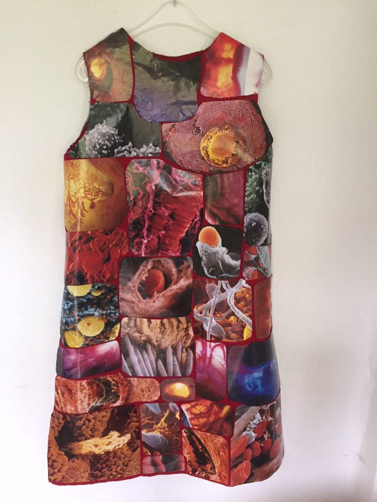 Kleid Nr.8 - mikroskopische Bilder aus dem menschlichen Körper, handgenäht